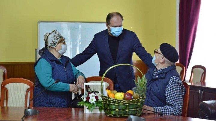 De Ziua Familiei, două cupluri din Capitală au primit daruri și bani din partea Primăriei