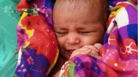 Salvare miraculoasă! Un bebeluş de doar 3 săptămâni, găsit în viață, într-o cutie plutind pe râul Gange (VIDEO)