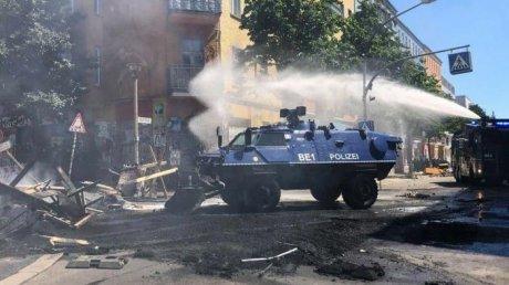 Circa 60 de poliţişti, răniţi în ciocniri cu protestatari lângă o clădire ocupată ilegal în Berlin
