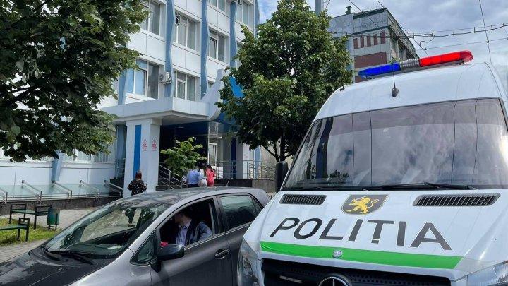 Alarmă falsă cu bombă la judecătoria Chişinău, sediul Buiucani. Poliţia, în căutarea apelantului