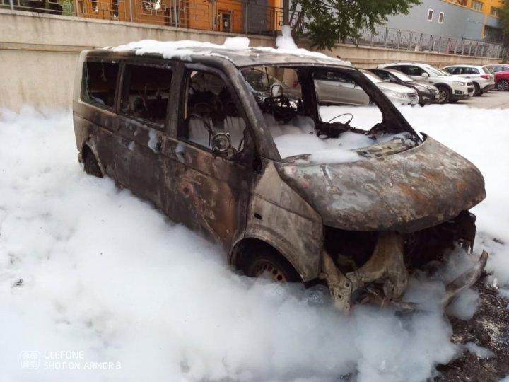 Noapte de foc în sectorul Botanica din Capitală. Patru automobile au fost mistuite de flăcări (FOTO/VIDEO)