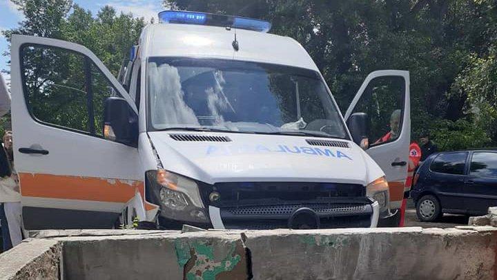 Detalii despre accidentul cu implicarea unei ambulanţe. Autosanitara transporta la spital un pacient în stare gravă (FOTO)