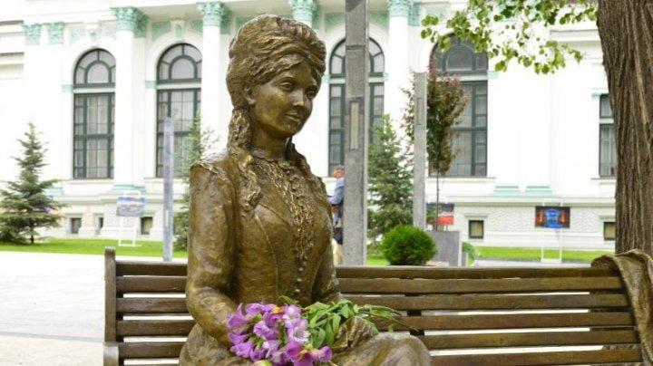 Sculptura Veronicăi Micle inaugurată în scuarul Mihai Eminescu