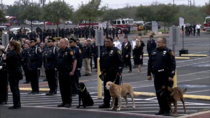 Funeralii demne de un erou pentru un câine polițist din Statele Unite. Ce faptă eroică a făcut acesta