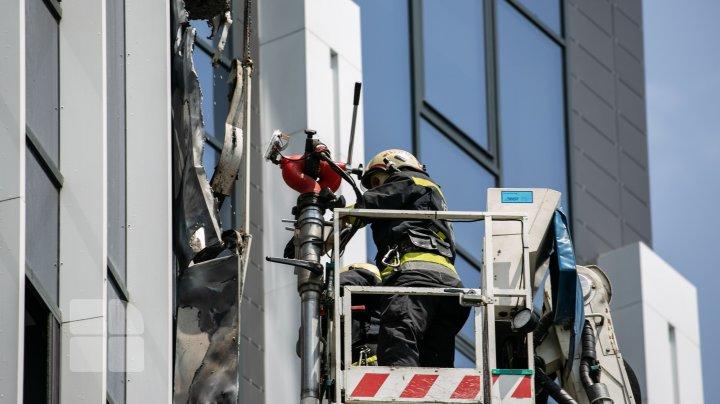 INCENDIU într-un bloc de locuit din Capitală. Șase echipaje ale pompierilor, la fața locului (VIDEO/FOTO)