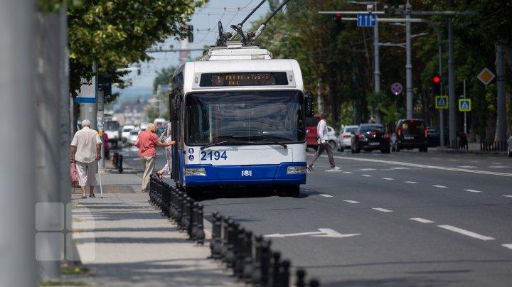 Ambuteiaje pe mai multe străzi din Capitală. Mai multe rute de troleibuz circulă cu întârziere