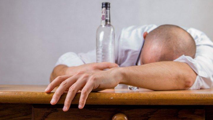 Un bărbat din Suceava a sunat la 112, după ce i s--a fost furat sticla de băutură primită de pomană