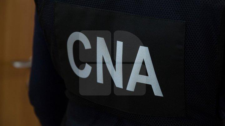 Un pretins avocat din Capitală, reținut de ofițerii CNA. Ce i-a promis unei femei în schimbul a câteva SUTE de EURO