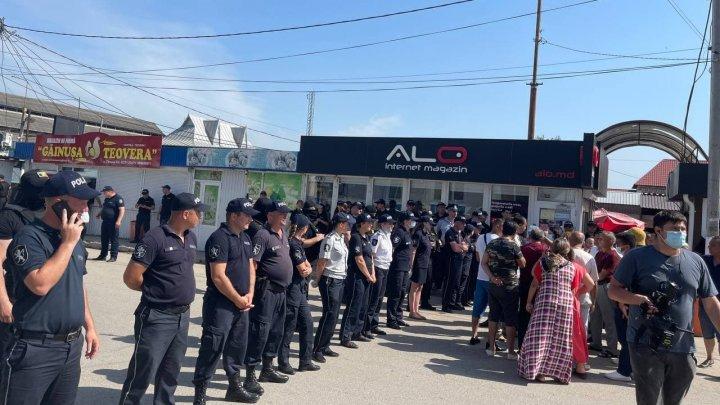 O nouă zi, noi TENSIUNI la Otaci. Peste 100 de romi  au blocat o stradă din oraș (FOTO)