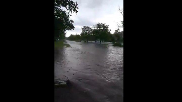Imagini sinistre. Precipitaţiile abundente au transformat localitatea Pervomaiscoe într-un adevărat râu