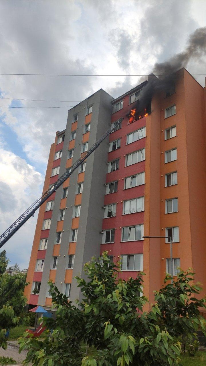 INCENDIU într-un bloc din Soroca. Mai multe persoane, evacuate, printre care şi copii (VIDEO)