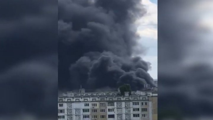 INCENDIU de proporţii la Ciocana. Un depozit, cuprins de flăcări. Fumul dens se vede din toate colţurile oraşului (VIDEO)
