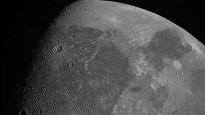 Cea mai mare Lună a planetei Jupiter, surprinsă în prim-plan de o sondă a NASA