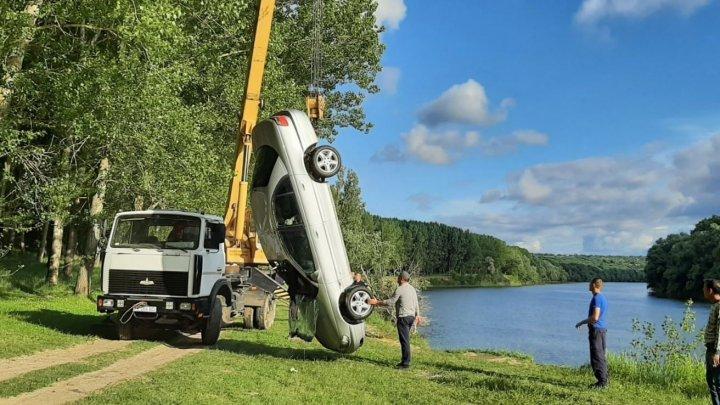 Ca în filmele de acţiune! O maşină a ajuns în Nistru, după ce proprietarul acestuia a uitat să tragă frâna de mână (VIDEO)