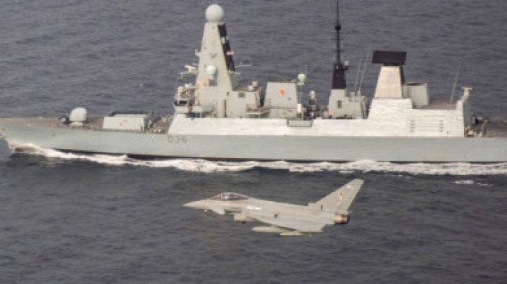 O navă rusească a tras focuri de avertisment, iar un avion a lansat bombe în calea unui distrugător britanic în Marea Neagră