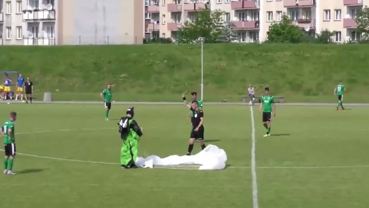 (VIDEO) Un paraşutist s-a ales cu un cartonaş galben, după ce a aterizat pe un teren de fotbal în timpul unui meci