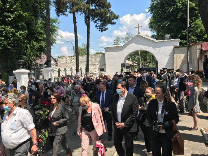 Zi de doliu în Moldova. A început ceremonia de înmormântare a regretatului artist Iurie Sadovnic (FOTO/VIDEO)