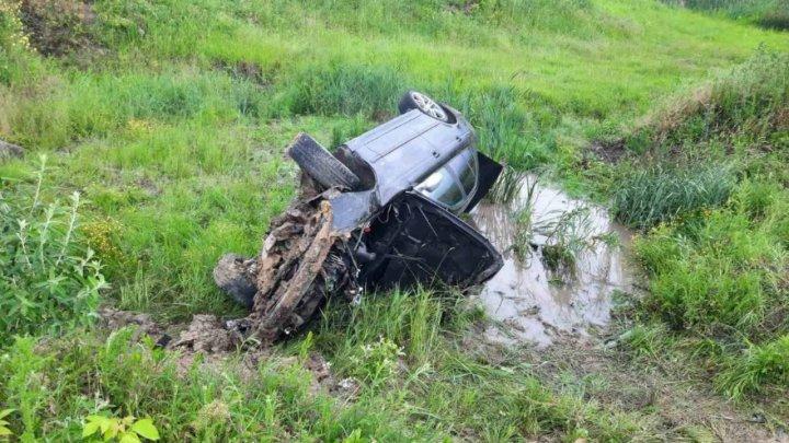 Accident grav la ieşirea din Hînceşti. Un BMW a derapat de pe şosea şi s-a răsturnat într-un şanţ (FOTO)