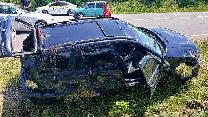Şi-au văzut moartea cu ochii. Trei femei au ajuns la spital, după ce roata automobilului în care se aflau a explodat (FOTO)