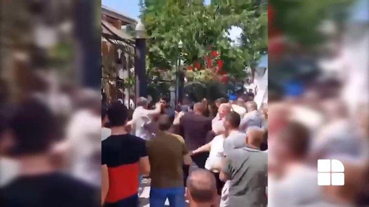 Bătaia în masă de la Otaci continuă. La faţa locului au ajuns zeci de mascați de la Chişinău (VIDEO)