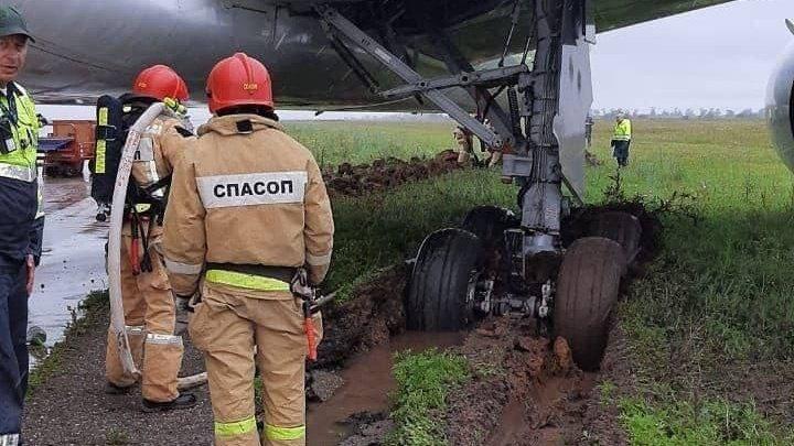 Un Boeing cu aproape 300 de pasageri la bord a ieşit de pe pista de aterizare şi s-a înglodat (FOTO)
