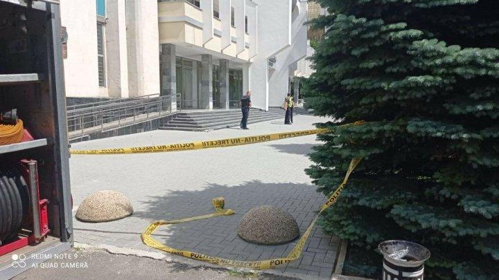 ALERTĂ cu bombă la 2 sedii ale Judecătoriei Chișinău. Poliţia a încercuit zona