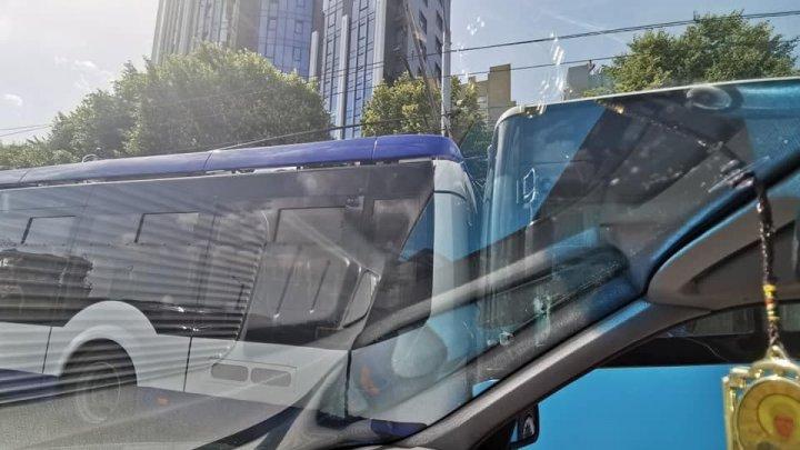 """Un autobuz şi un troleibuz s-au """"pupat"""" lângă viaduct. Ambele vehicule au fost procurate recent"""