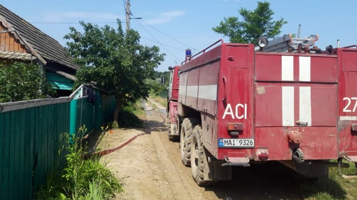 Pompierii au fost alertaţi pentru a pompa apa din mai multe gospodării din sudul ţării, afectate de ploile abundente (VIDEO)