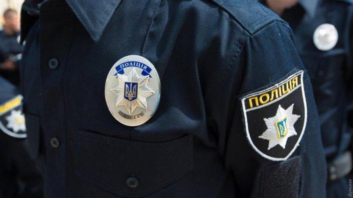 Un poliţist din Ucraina a vrut să înghită 500 de dolari după ce a fost prins cu mită