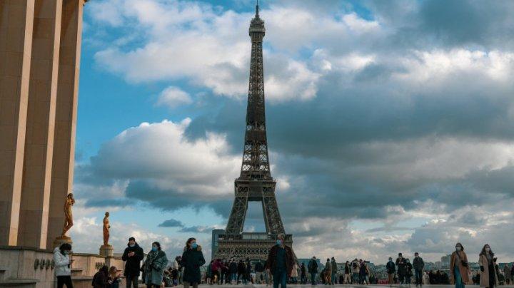 Franța renunță la obligația măștii în spații deschise și la carantina de noapte