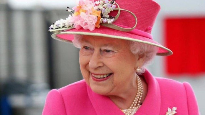 Regina Elisabeta a II-a a insistat să taie un tort cu o sabie, iar gestul ei a stârnit hohote de râs