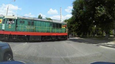 (VIDEO) Tupeu fără margini: Un şofer, blamat de alţii că a oprit regulamentar la o cale ferată din Capitală