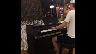 Primul pian stradal, inaugurat la Chișinău. Oricine vrea poate să cânte la el