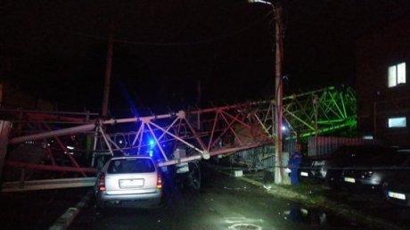FURTUNĂ PUTERNICĂ în România. O antenă s-a prăbuşit peste case, iar doi oameni au fost răniţi