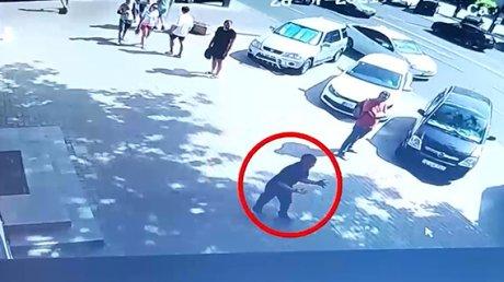 MOMENTE de GROAZĂ în centrul Capitalei. Un bărbat agresiv şi cu fața însângerată a băgat spaima în trecători, înjura și lovea cu pumnii (VIDEO)