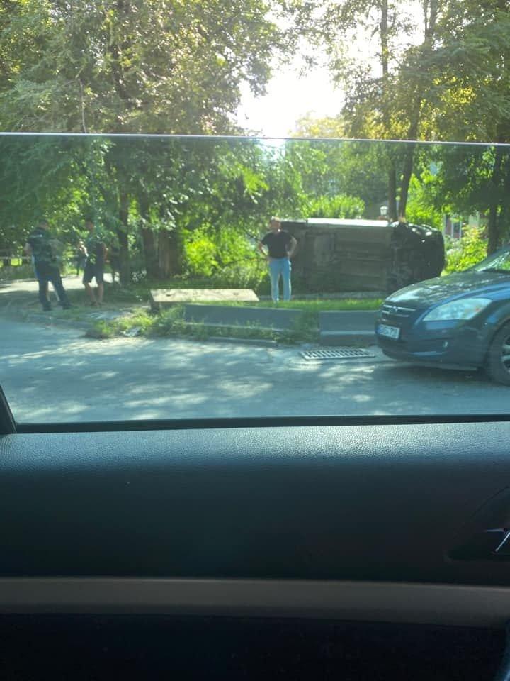 ACCIDENT CA ÎN FILME pe o stradă din Capitală. Un automobil a ajuns cu roţile în sus (FOTO)