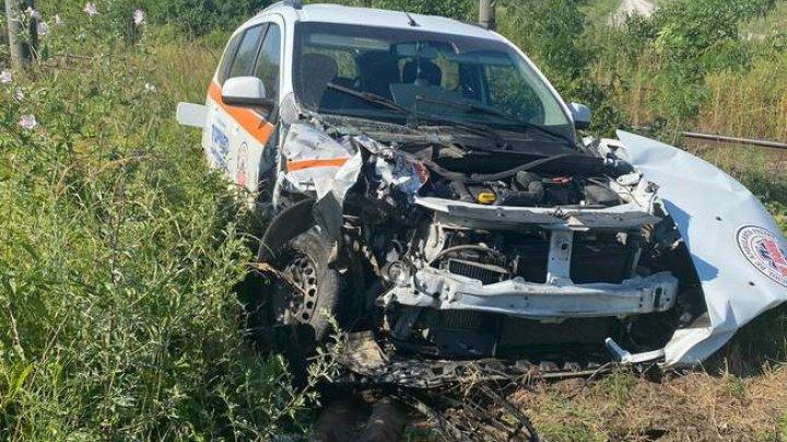 Accident feroviar în România. O ambulanță a fost lovită de un tren cu pasageri (FOTO)