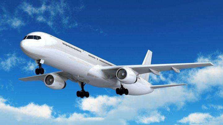 Zeci de zboruri anulate sau întârziate şi câte trei ore, în ultimele zile. Care sunt motivele