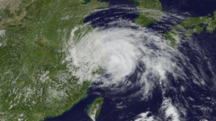 Peste 100.000 de persoane, evacuate în China din calea taifunului In-Fa