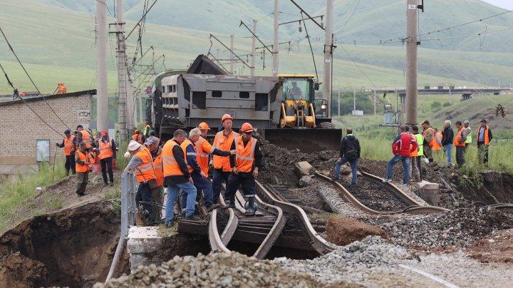 Circulația pe cea mai lungă cale ferată din lume Trans-Siberiană a fost reluată, după ce un pod s-a prăbușit în urma inundațiilor (FOTO)