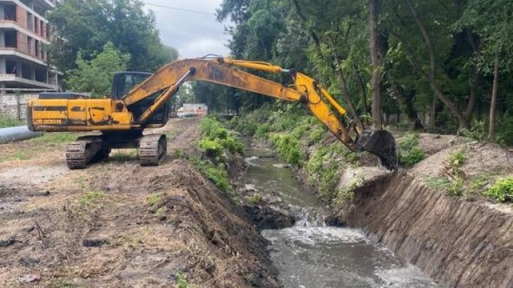 Albia râulețului Durlești este curățată. Se întâmplă pentru prima dată în ultimele trei decenii (VIDEO)
