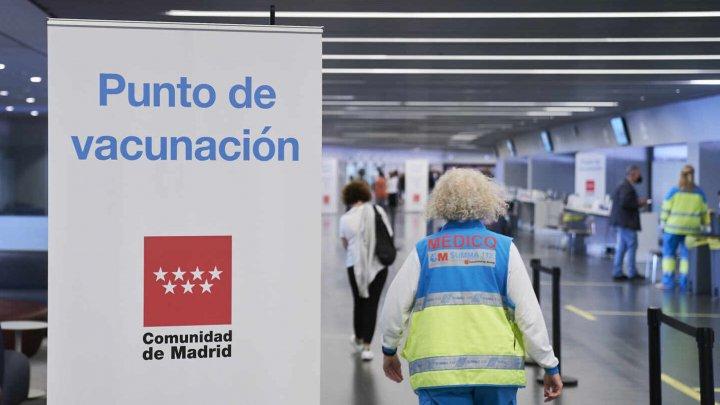 """Tinerii spanioli, la coadă să se vaccineze la un spital din Madrid: """"Vin fără stimulente, dornici să revină la normal"""""""