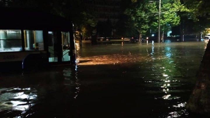 POTOP pe unele străzi din Capitală după ploaia de joi seara. Mașinile au plutit prin apă (VIDEO/FOTO)