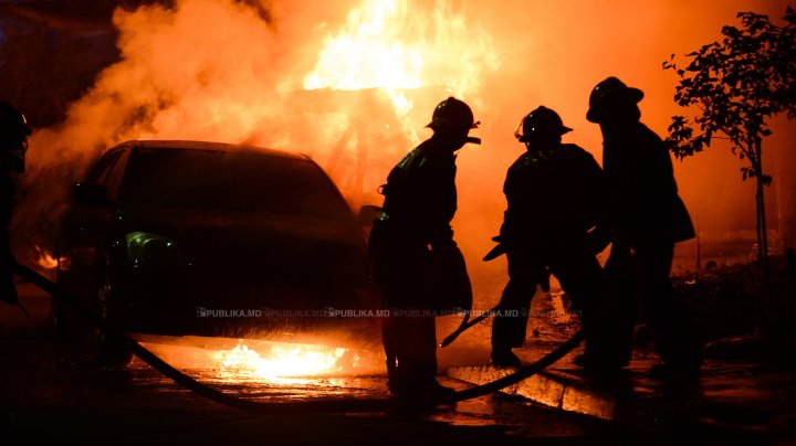 O maşină a ars ca o torţă la Edineţ. Automobilul a luat foc în mers, după ce a ieşit dintr-o staţie de alimentare