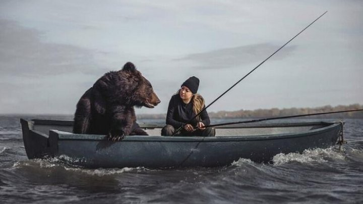 O tânără a ieșit cu un urs la pescuit, cu barca (FOTO)