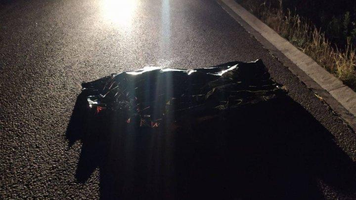 Imagini de GROAZĂ pe traseul Hîncești—Leușeni. Un taximetrist a trecut cu maşina peste un bărbat care zăcea la sol