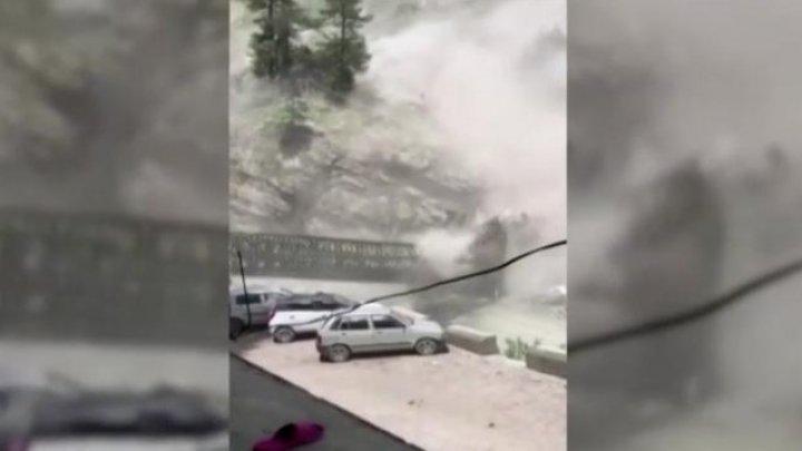 9 oameni au murit, iar trei au fost răniţi, în urma unei avalanșe de pietre de pe un munte din India