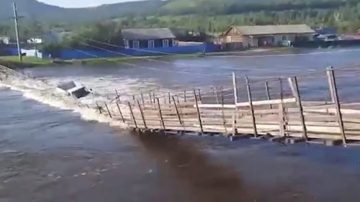 Imagini spectaculoase din Rusia. MOMENTUL în care un pod suspendat se prăbuşeşte împreună cu o camionetă (VIDEO)