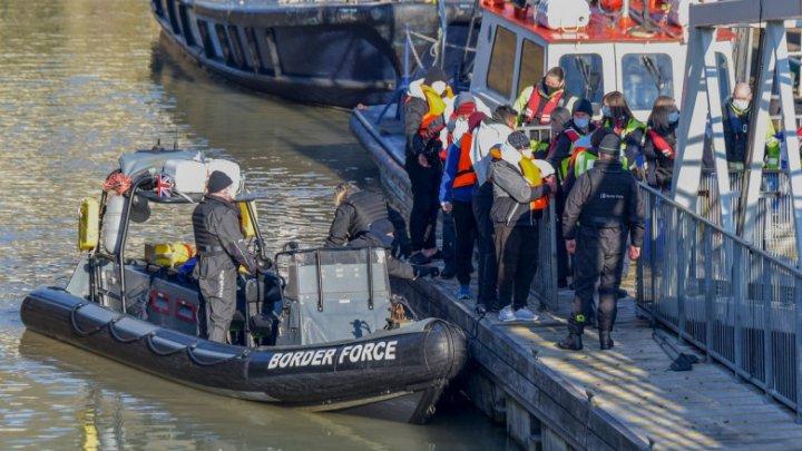 Marea Britanie va plăti Franței aproape 63 de milioane de euro pentru a opri imigrația ilegală prin Canalul Mânecii