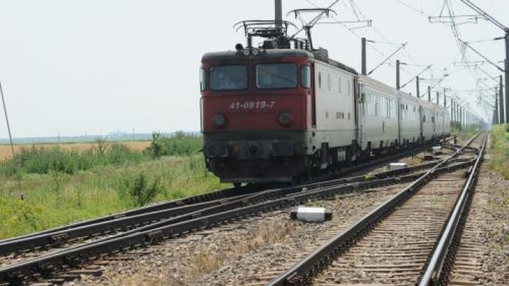 Trenul cu copii, blocat 8 ore în câmp, a rămas apoi și fără frâne într-o pădure. După alte 3 ore a pornit din nou